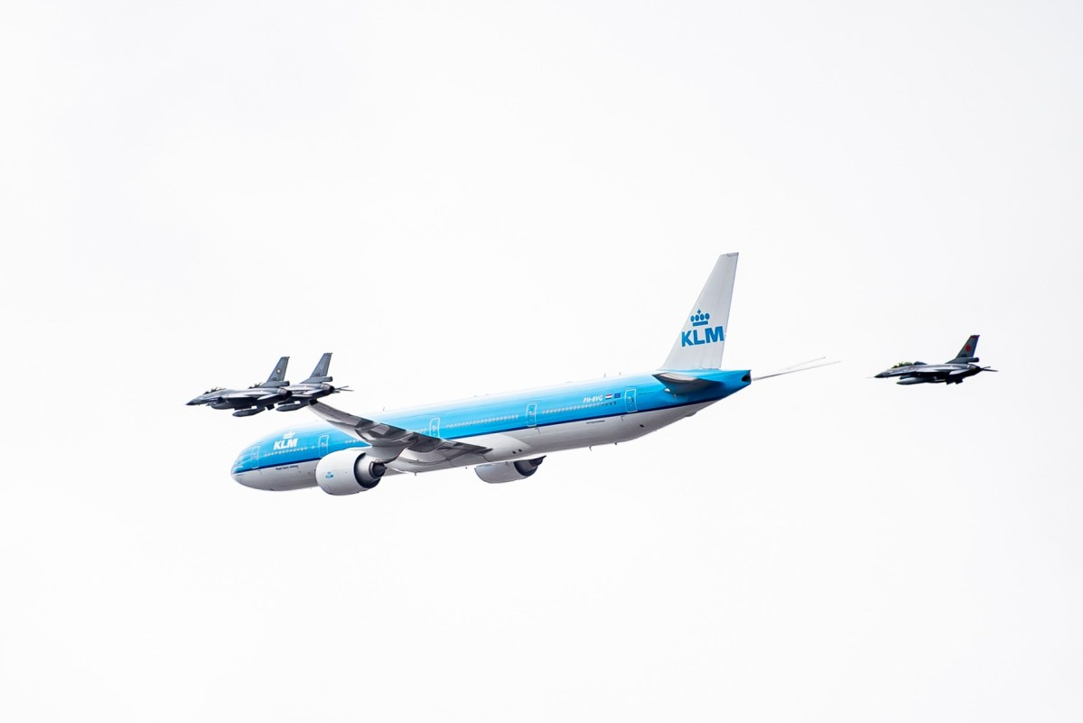 SECRET FLYBY OF KLM B777 WITH 4 F-16s SCARED THE HELL OUT OF PEOPLE IN AMSTERDAM